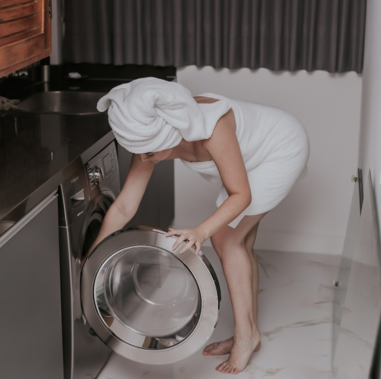 Κορονοϊός: Πώς καθαρίζουμε ρούχα, πετσέτες σεντόνια και ό,τι μπαίνει στο πλυντήριο